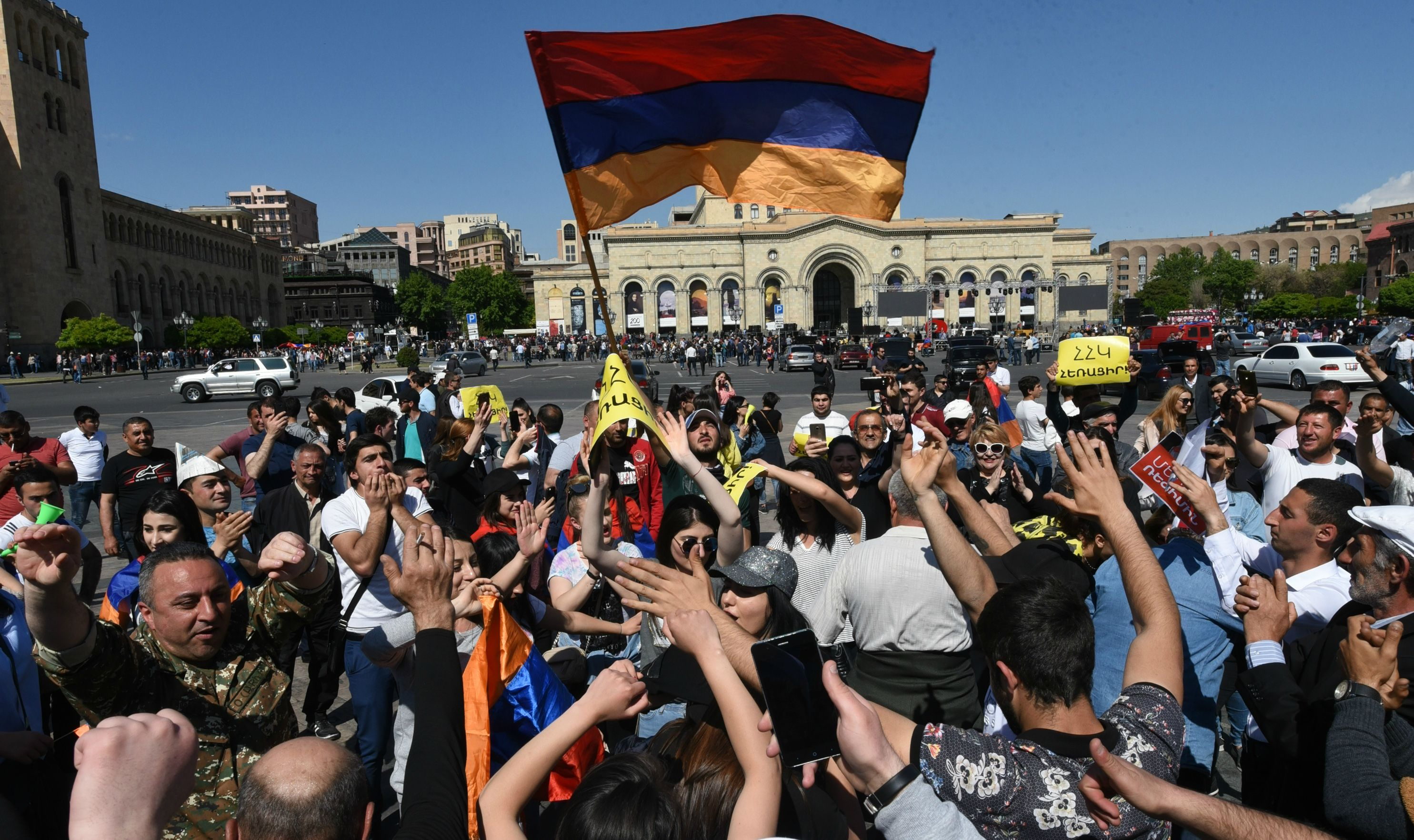 Armenian opposition supporters demonstrate in Yerevan on April 25, 2018. / AFP PHOTO / Vano SHLAMOV