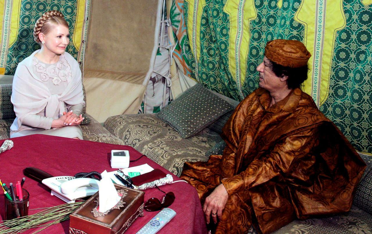 FILE PHOTO: Libyan leader Muammar Gaddafi (R) talks to Ukrainian Prime Minister Yulia Tymoshenko during their meeting in the Libyan capital of Tripoli, Libya May 26, 2009. REUTERS/Ismail Zetouni/File Photo