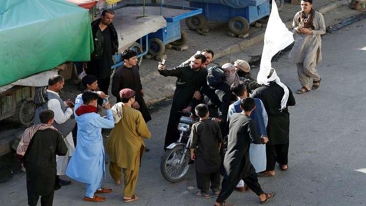 أول سيلفي بدون حجاب مع طالبان