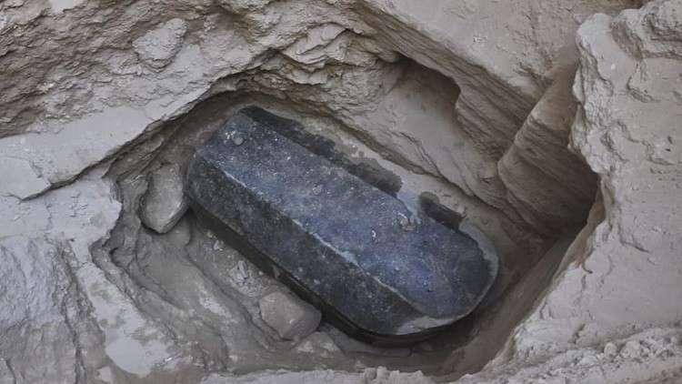 مصر.. فتح تابوت الإسكندرية والعثور على شيء عجيب بداخله