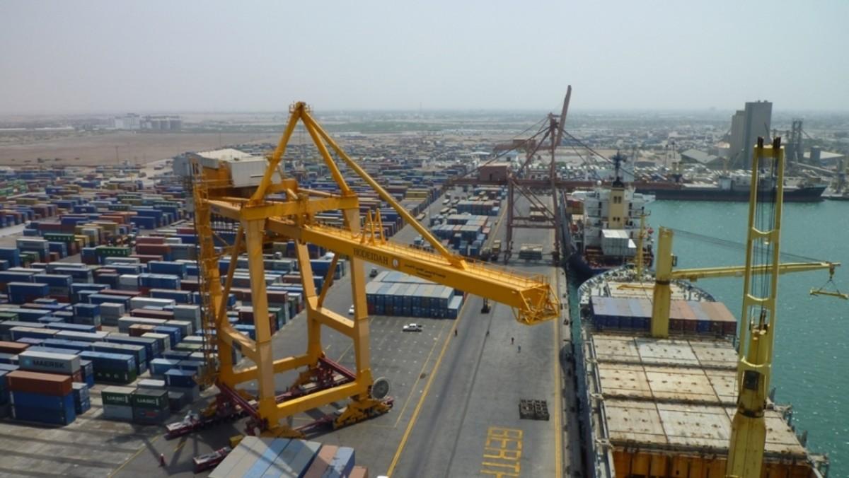 زعيم الحوثيين يعلن استعداده لتسليم ميناء الحديدة شرط وقف التحالف هجومه على المدينة