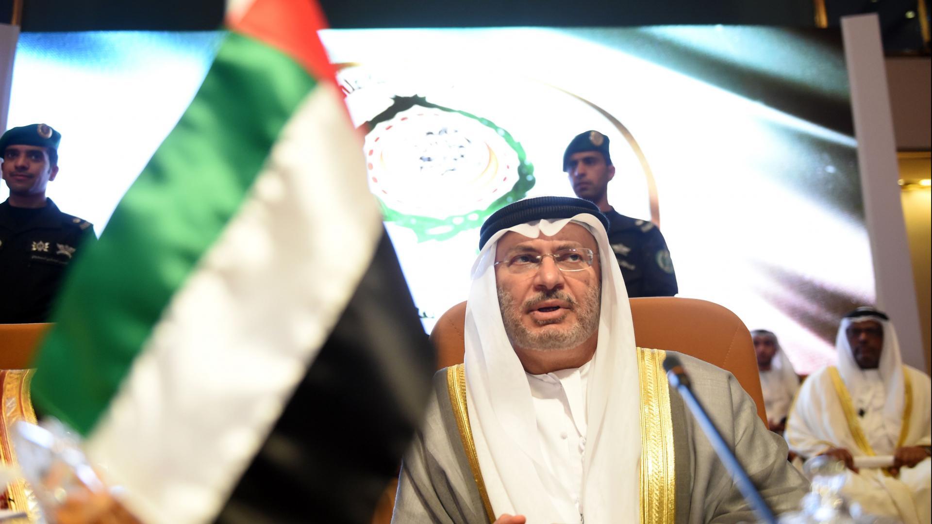 """قرقاش يقدّر استمرار """"أزمة قطر"""" بـ2019.. والرميحي يرد"""