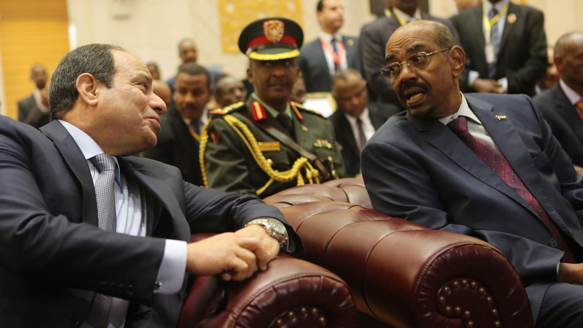 في ثاني زيارة منذ بدء الاحتجاجات.. ماذا بحث البشير مع السيسي في مصر؟