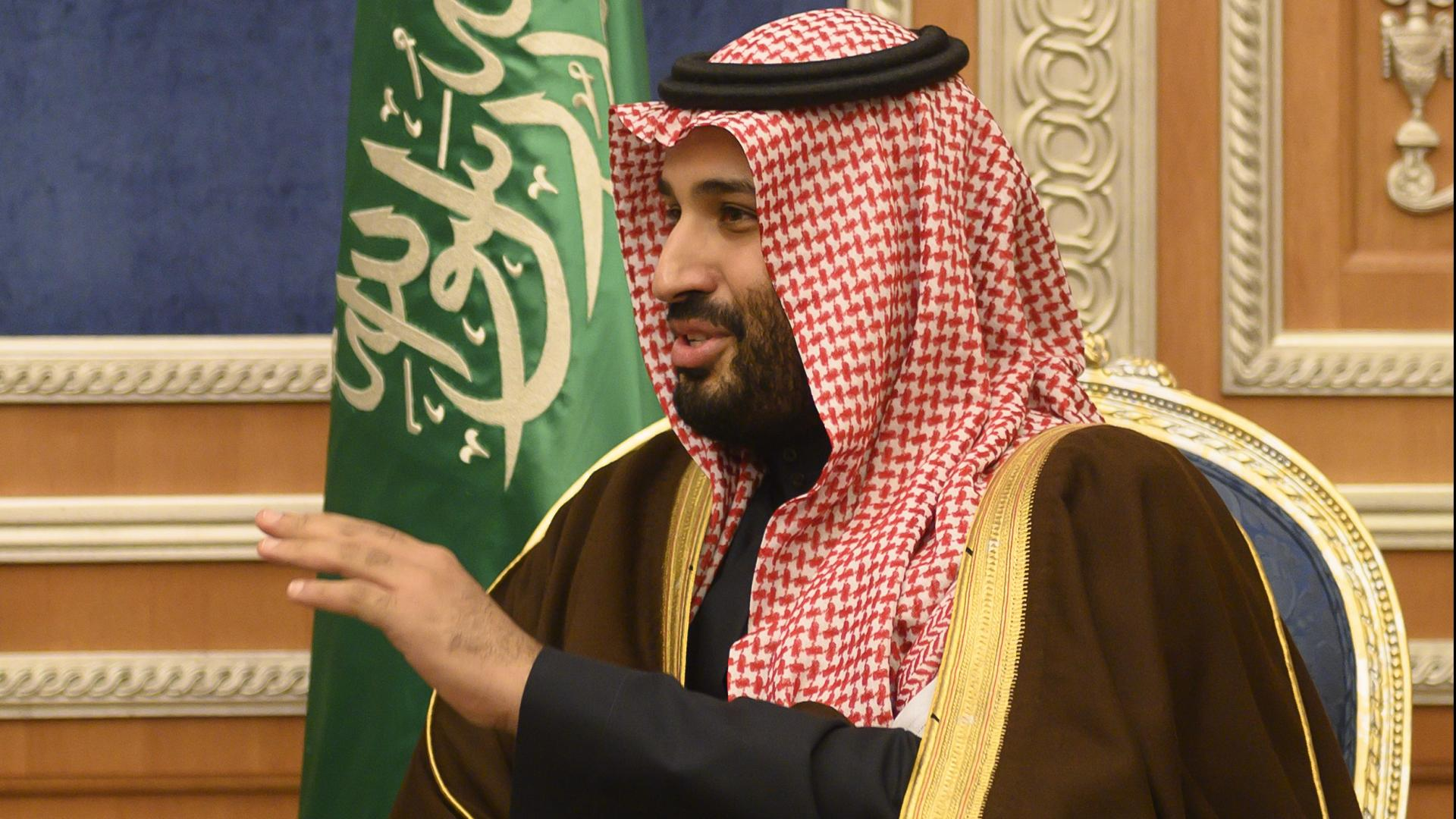 """ولي العهد السعودي يلفت الأنظار بتصرف """"أخلاقي"""" مع أمير الرياض"""