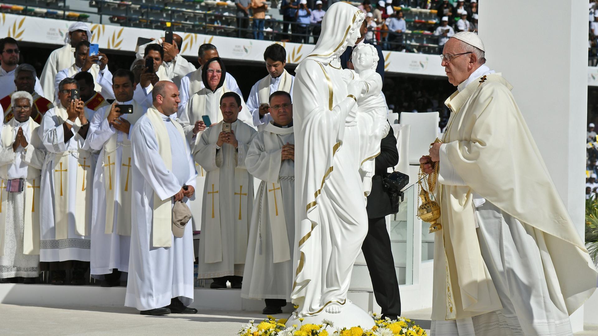 بابا الفاتيكان يترأس أول قداس في شبه الجزيرة العربية وسط حضور عشرات الآلاف