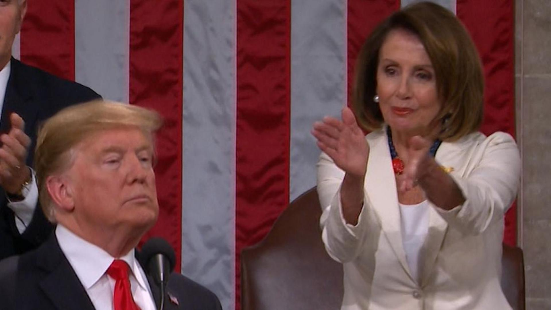 بيلوسي خلف ترامب.. تصفيق ساخر وإيماء بالرأس