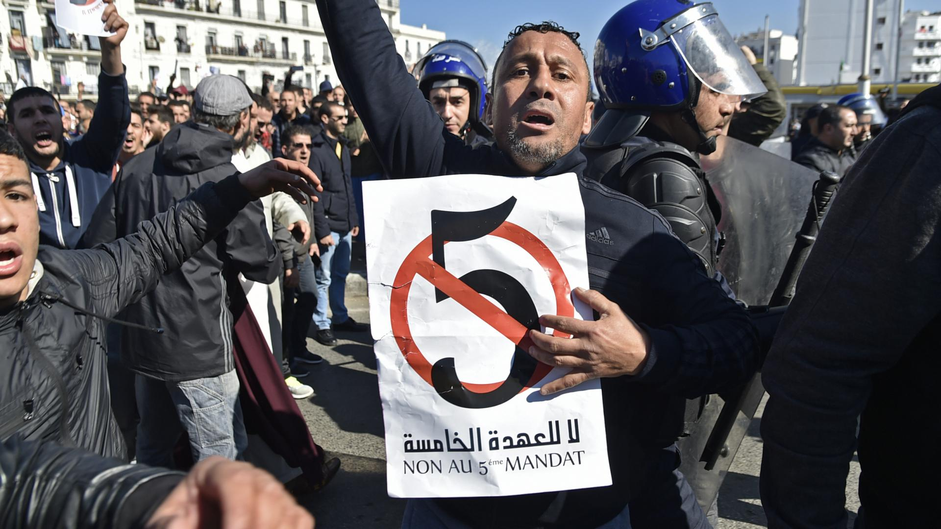 رغم حظر التظاهر.. احتجاجات في الجزائر ضد ترشح بوتفليقة لولاية خامسة