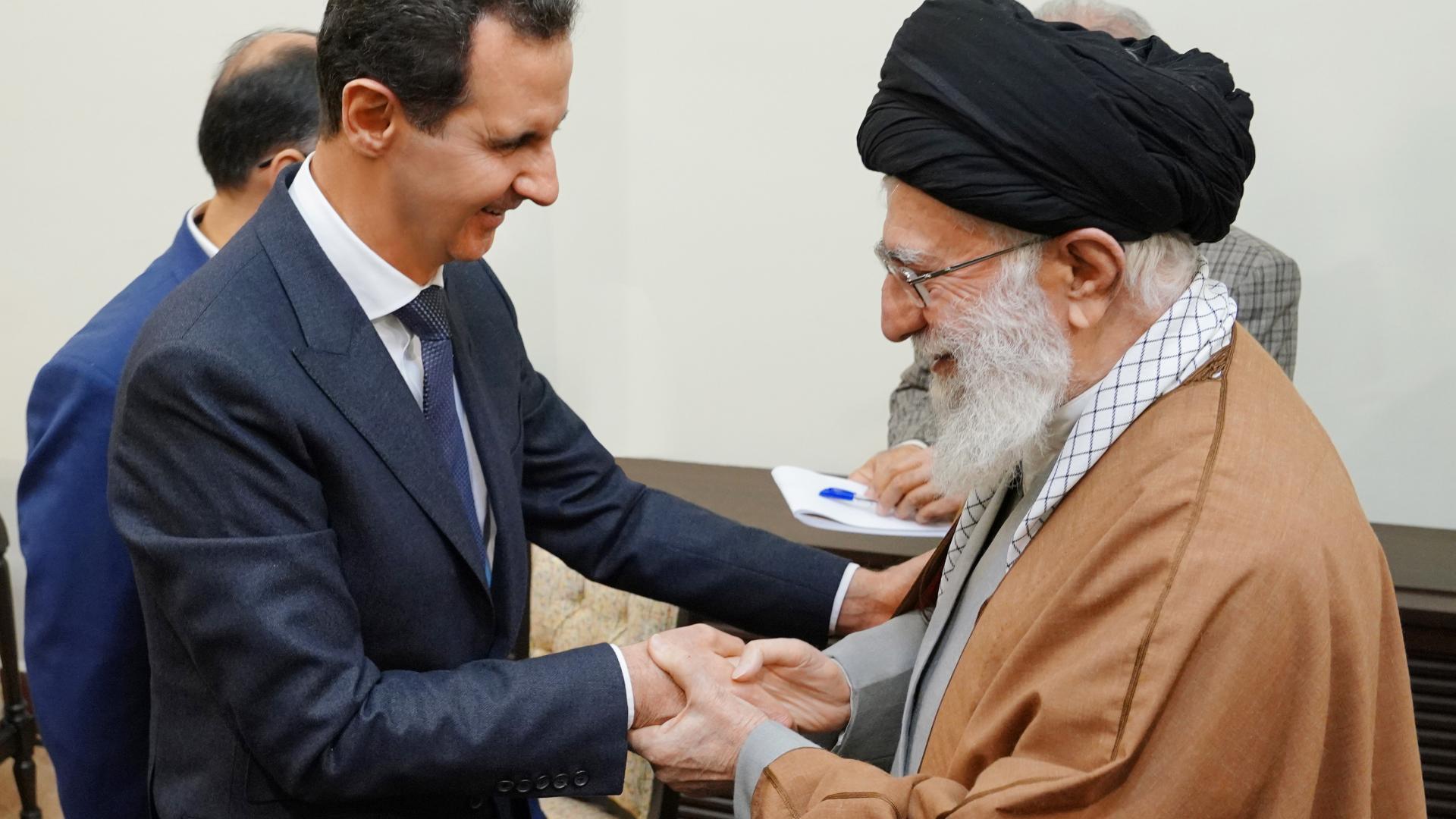 خارجية أمريكا تعلّق على صورة عناق رئيس سوريا بشار الأسد ومرشد إيران خامنئي