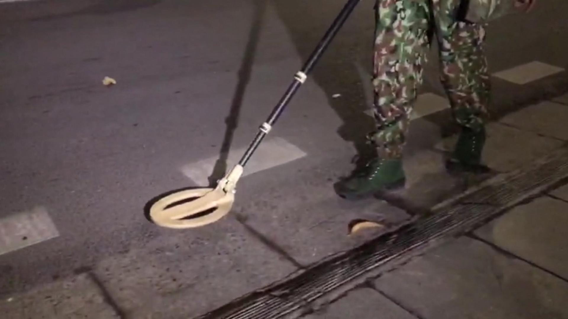 """شاهد.. جنود يبحثون عن """"ألغام"""" خارج فندق كيم جونغ أون بهانوي"""