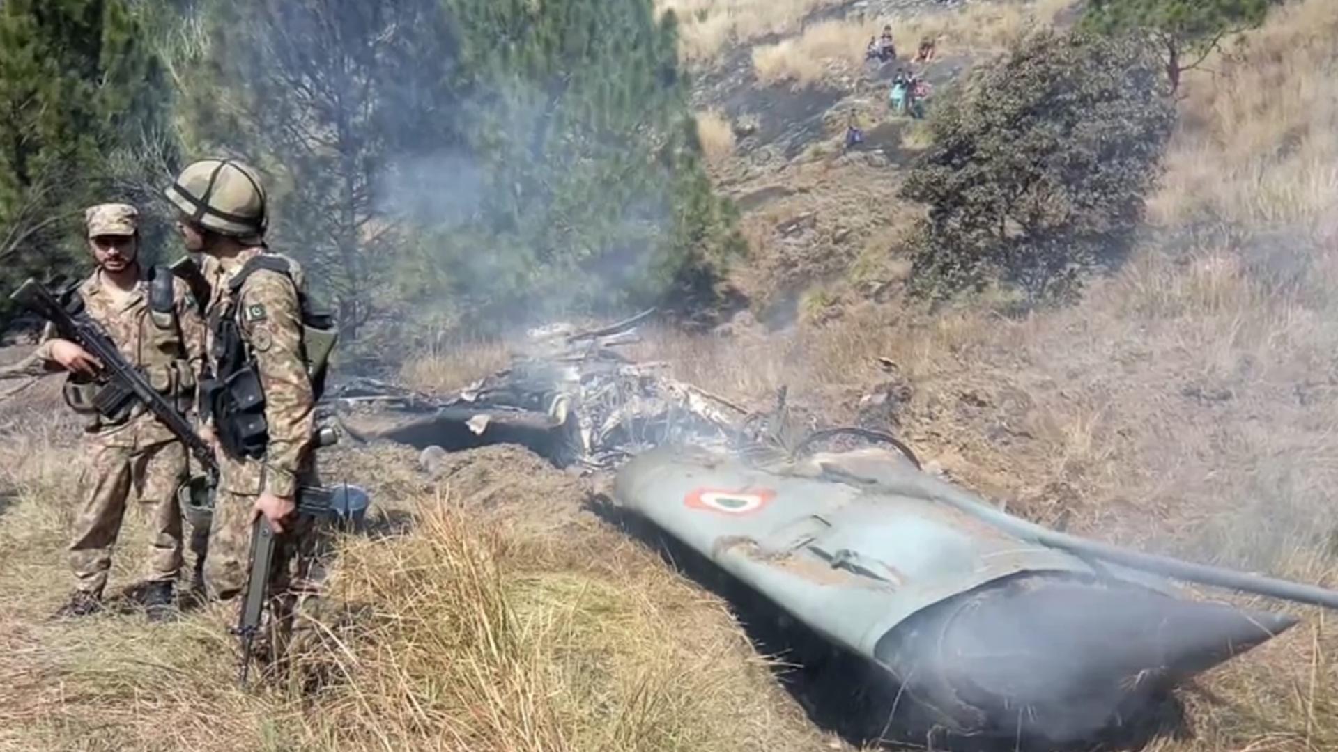 شاهد.. حطام مقاتلة هندية أسقطتها باكستان وما قاله طيارها