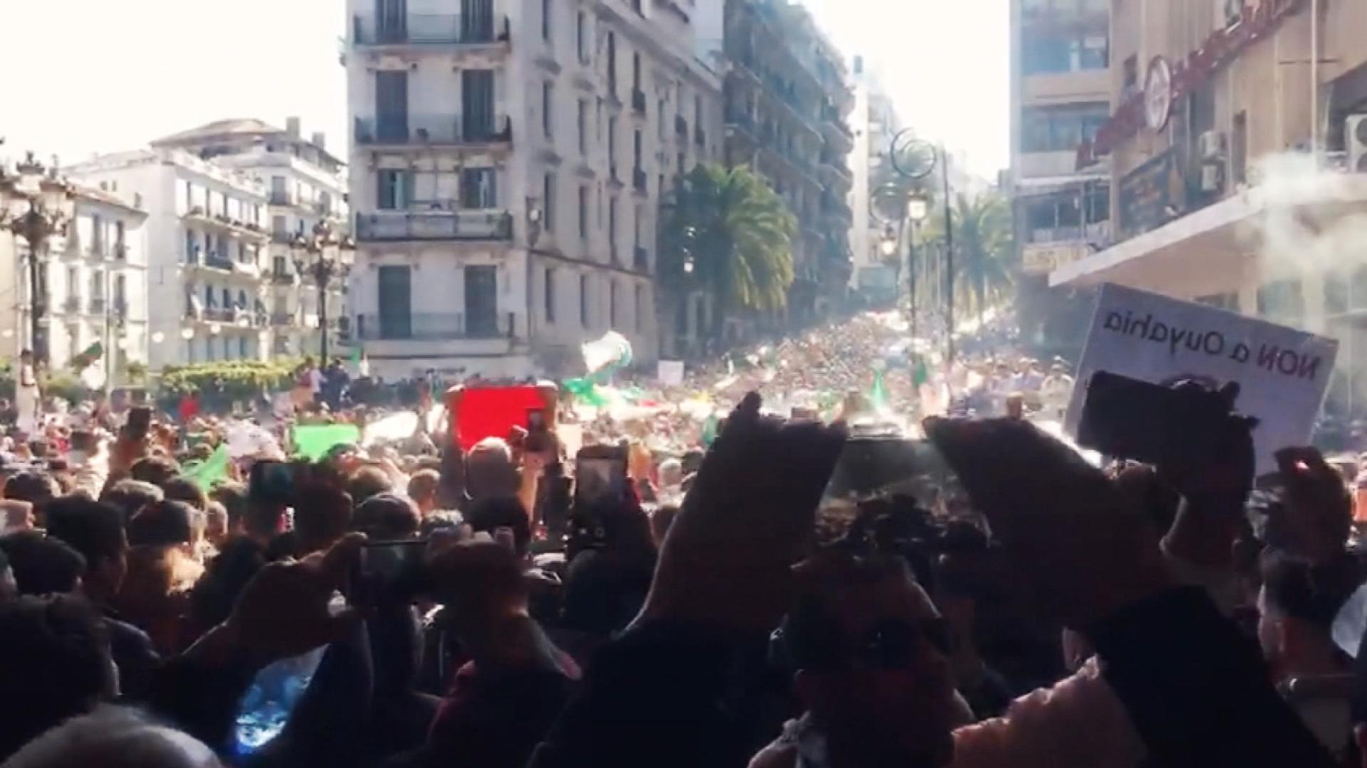 """لم تشهد مظاهرات مثلها منذ 1962.. الجزائر """"تنتفض"""" ضد بوتفليقة"""