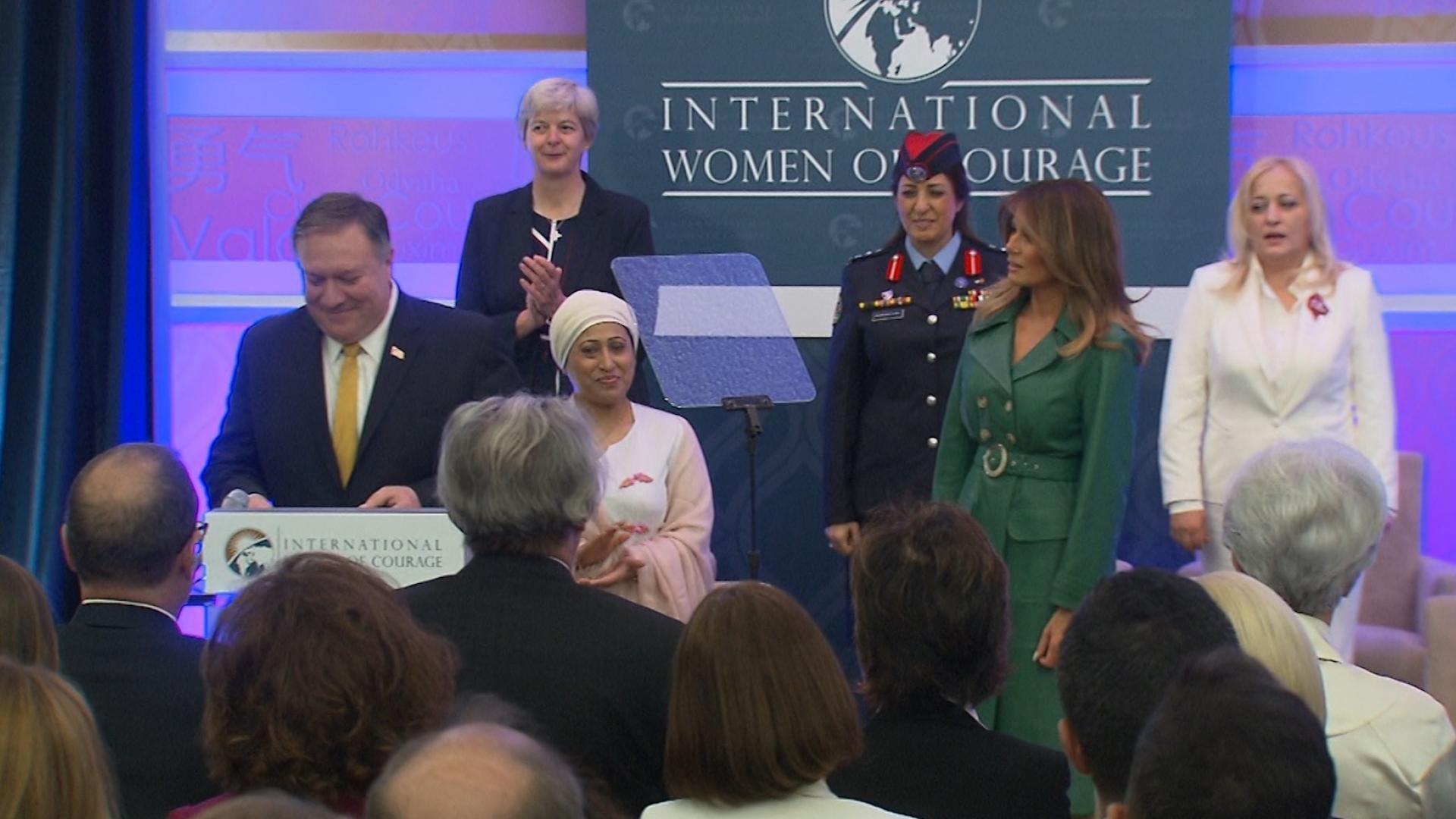 """ميلانيا ترامب تسلم ماما ماجي وخالدة الطوال جائزة """"الشجاعة"""""""