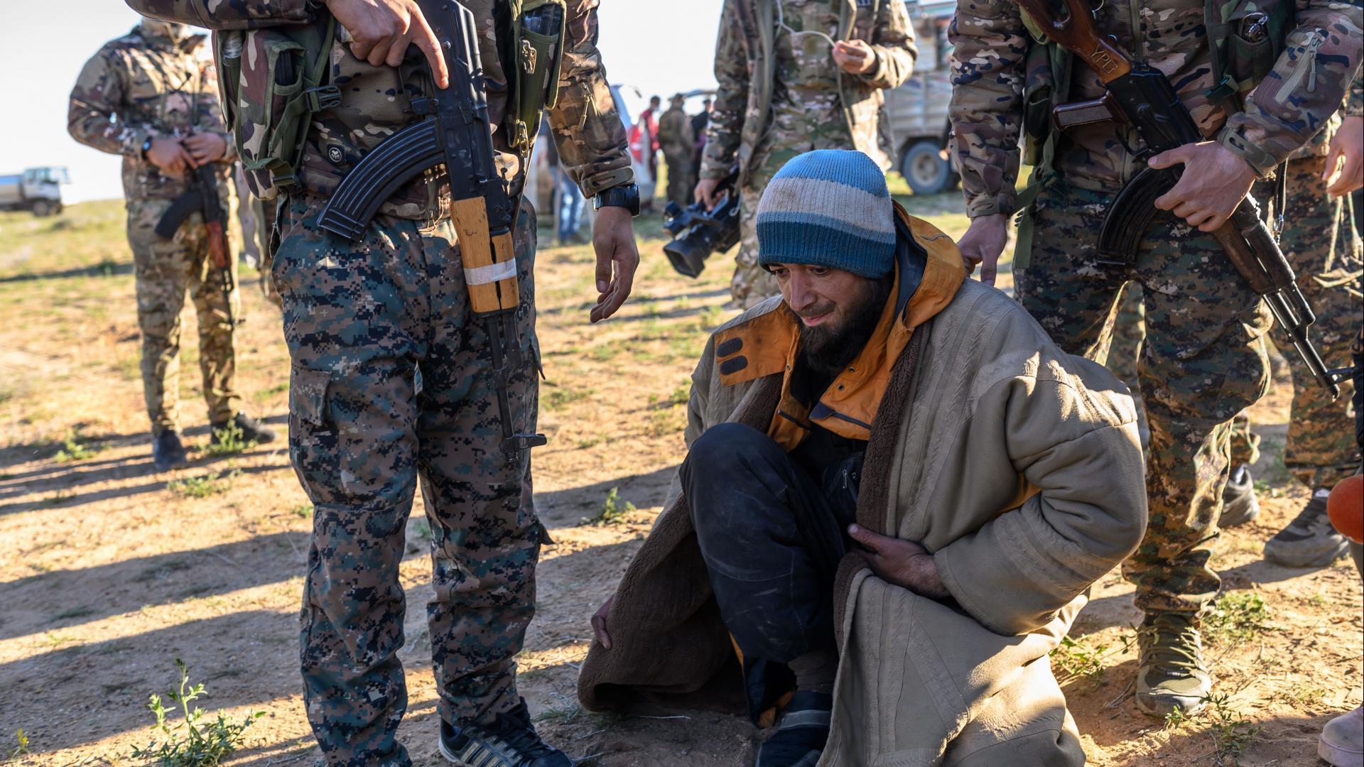 """مصدر يكشف لـCNN عدد وجنسيات مقاتلي """"داعش"""" المحتجزين لدى """"قوات سوريا الديمقراطية"""""""