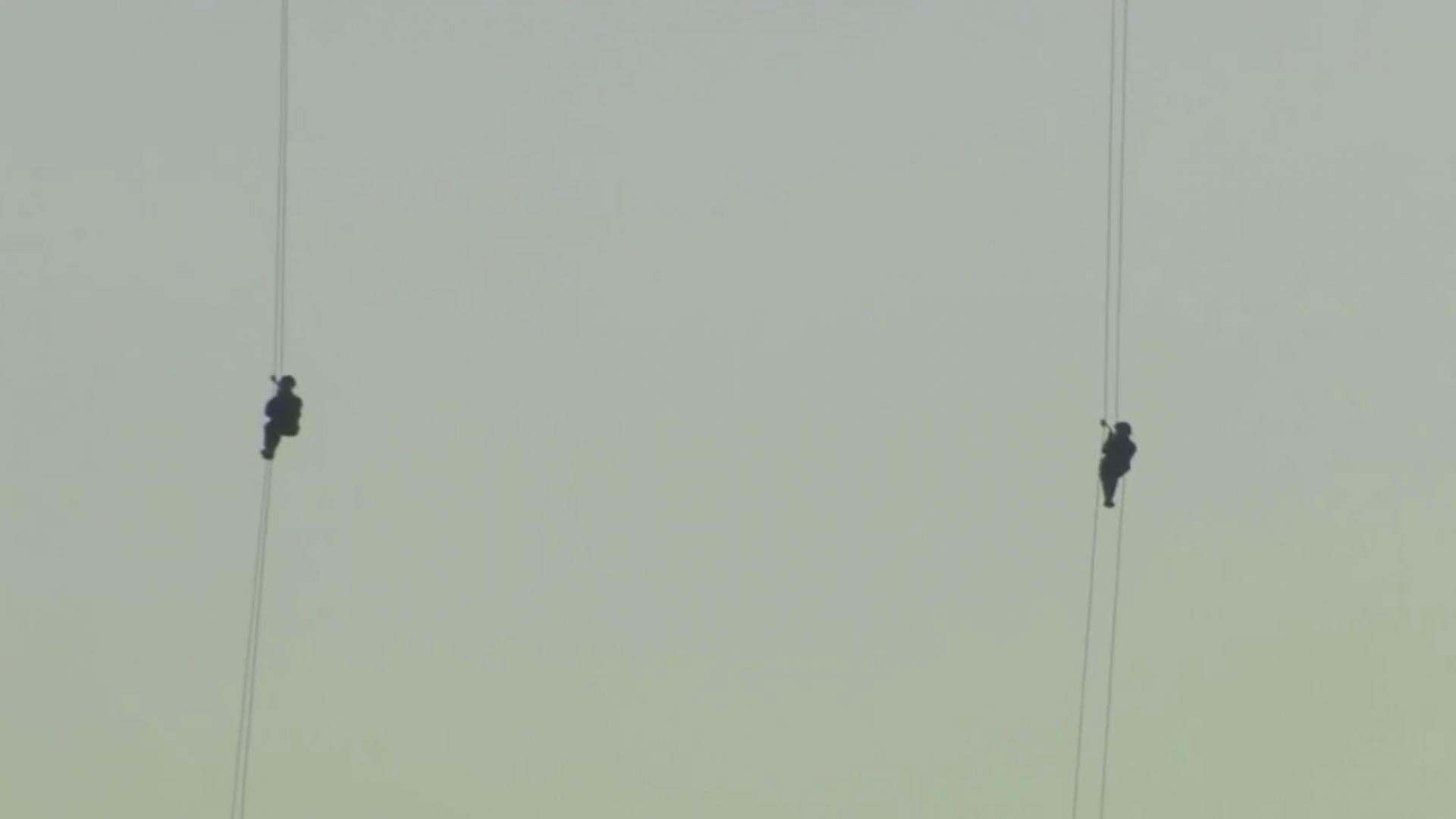 نساء يقفزن من فوق جسر في إسطنبول.. لماذا؟