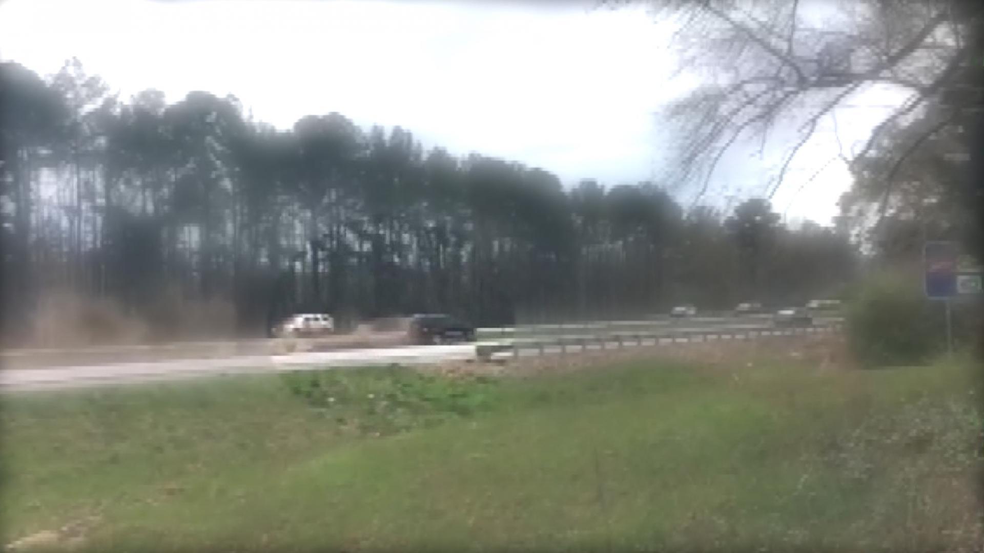 لحظة تحطم سيارة بالقرب من موكب ترامب الرئاسي