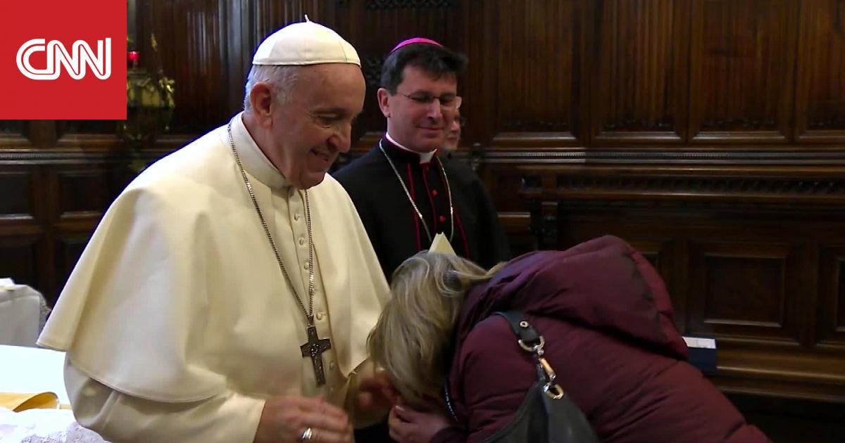 البابا فرانسيس يحاول منع أشخاص من تقبيل خاتمه.. لماذا؟