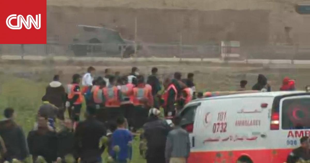 عشرات الفلسطينين يخرجون قرب حدود غزة ومقتل أحدهم