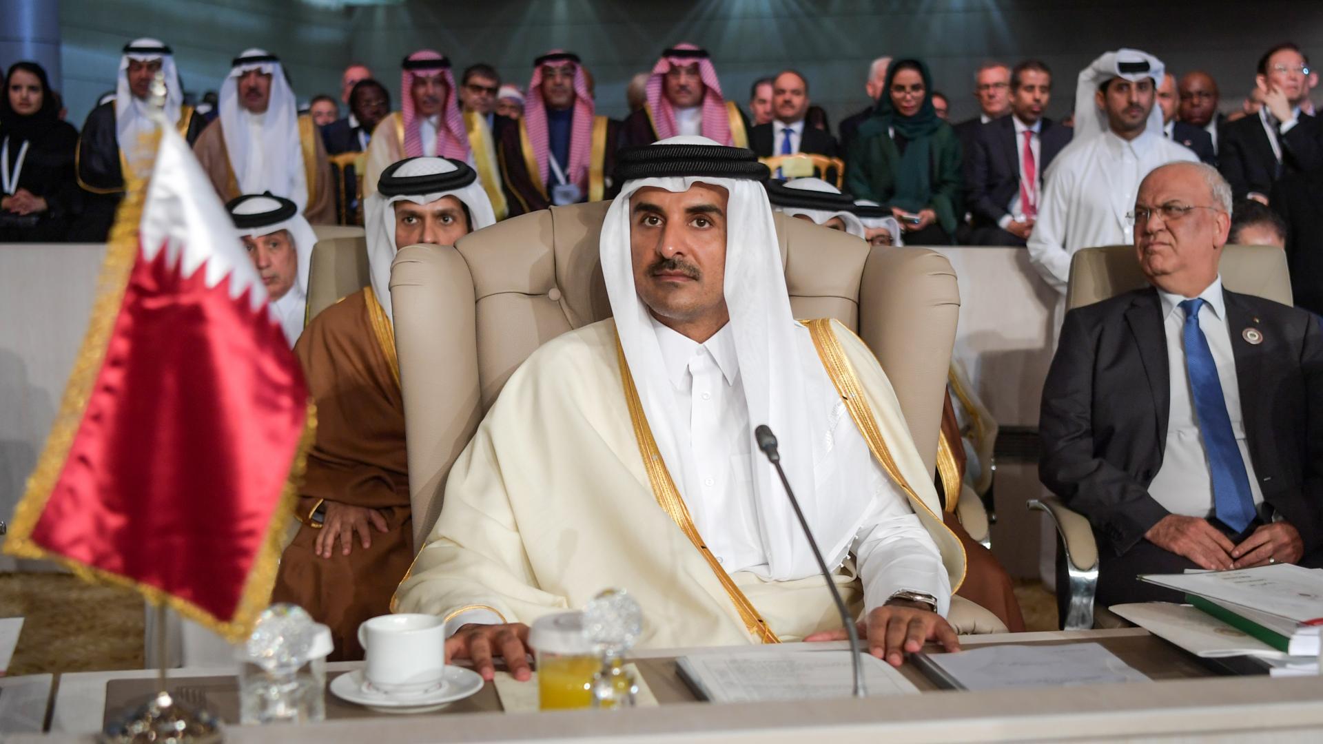 تداول لقطة مغادرة أمير قطر قاعة اجتماعات القمة العربية في تونس