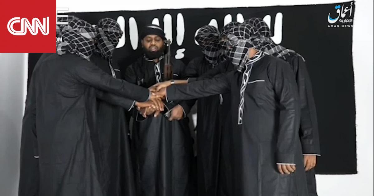 """داعش ينشر فيديو ويتبنى تفجيرات سريلانكا.. ولكن من هذا الشخص """"غير المُلثّم""""؟"""