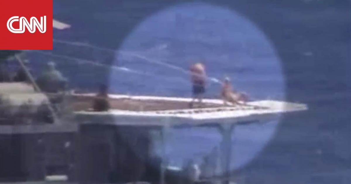"""شاهد.. بحارة روس يأخذون """"حمام شمس"""" لحظة تصادم وشيك مع سفينة حربية أمريكية"""