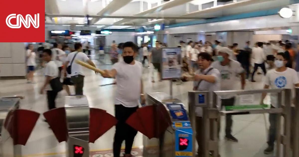 عصابة تهاجم المحتجين في مترو أنفاق هونغ كونغ