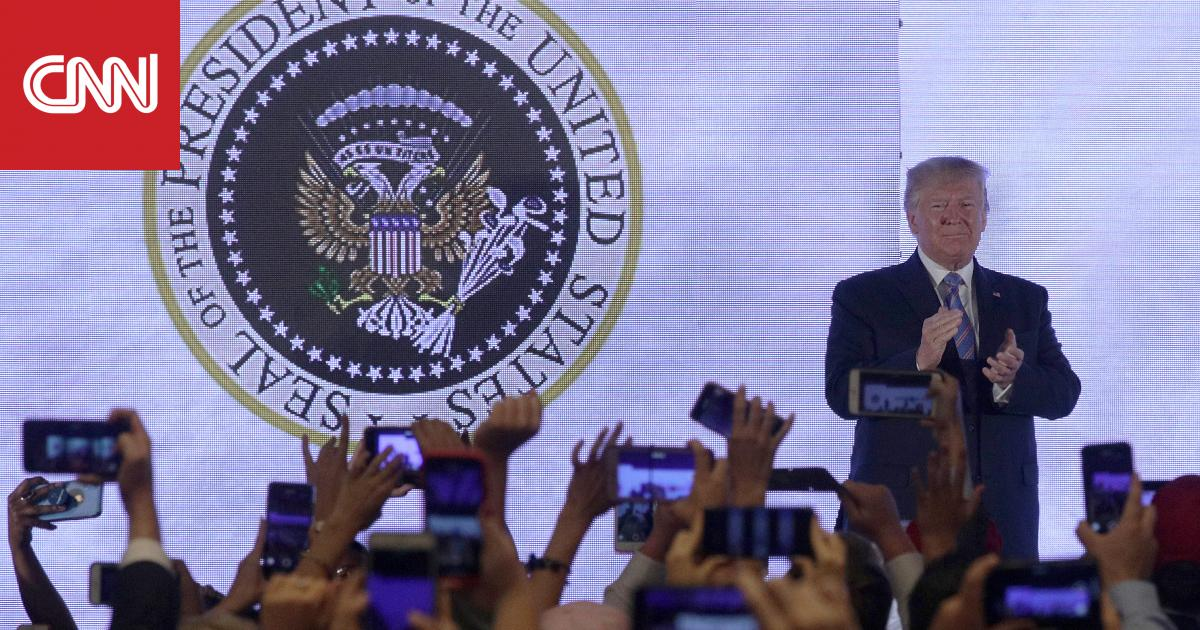 "موقف ""محرج"".. ترامب يصفق وخلفه شعار رئاسي ""ساخر"""