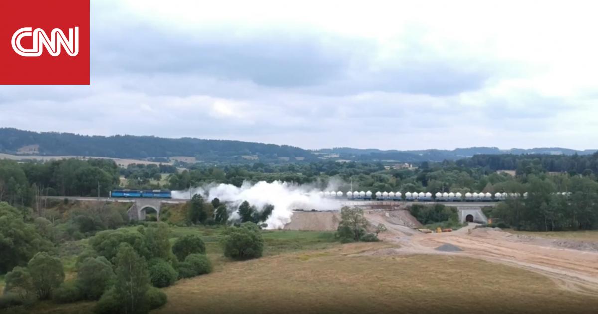 بالفيديو: لحظة خروج قطار شحن عن مساره في التشيك