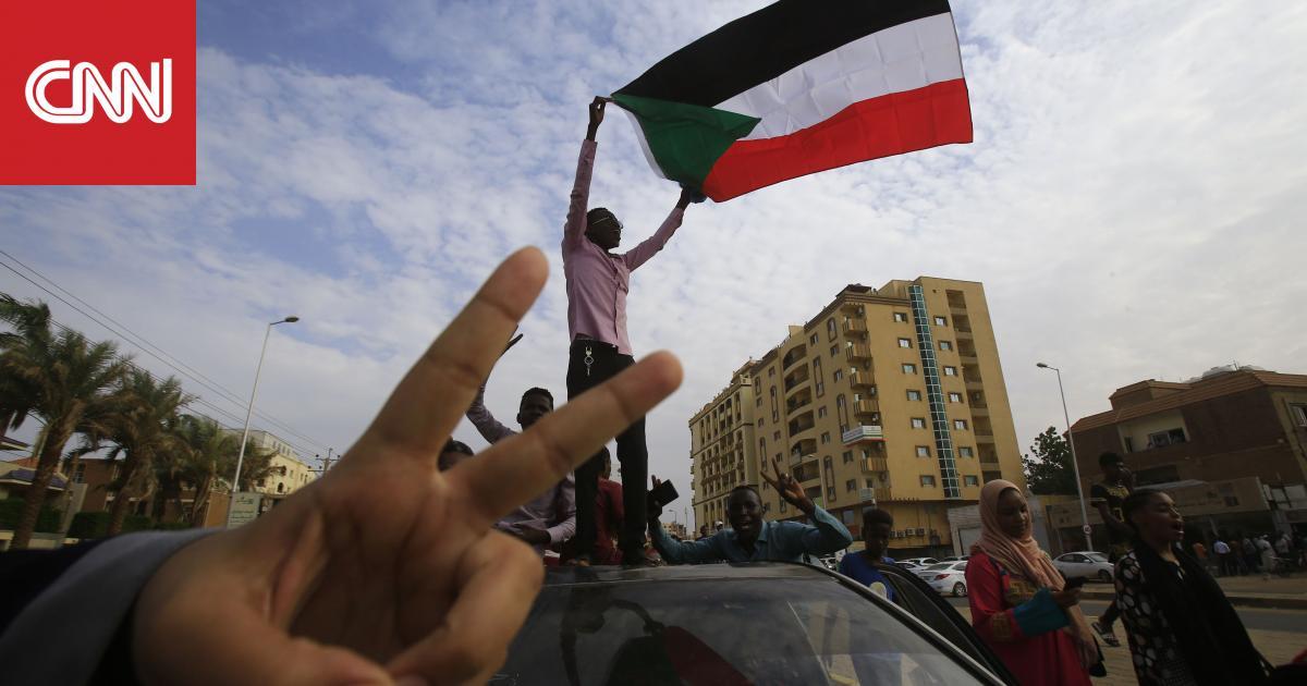 سودانيون يحتفلون بعد الاتفاق على وثيقة الإعلان الدستوري