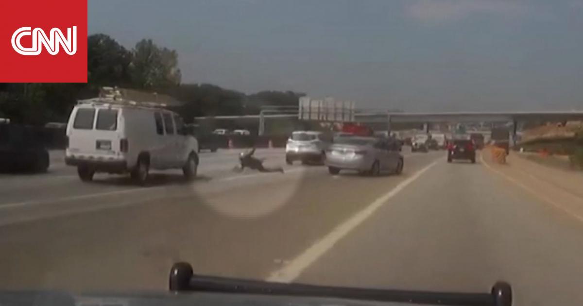 سائق هارب يجر شرطيا ويسقطه على الطريق السريع