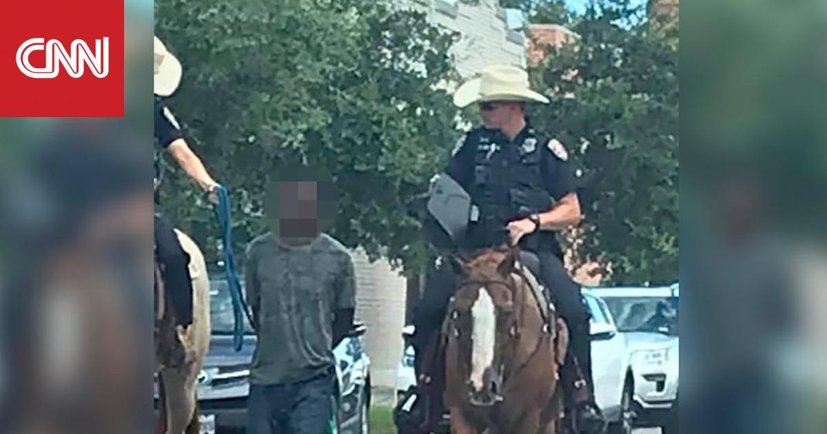 أزمة في تكساس بعد انتشار صور لرجلي شرطة يقودان رجلا مكبلًا
