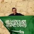 إسرائيلي يرفع علم السعودية في القدس.. فما الرسالة التي وجهها؟