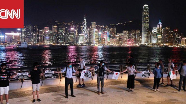 آلاف المتظاهرين في هونغ كونغ يشكلون سلسلة بشرية عبر المدينة
