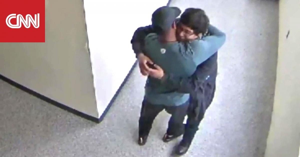 لحظة مؤثرة لمدرّب ينتزع سلاحاً من يد طالب ويحتضنه