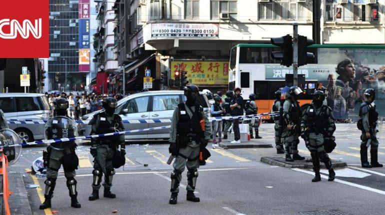لحظة إطلاق شرطي الرصاص على متظاهر في هونغ كونغ