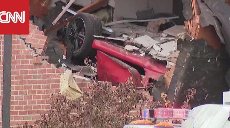 سيارة بورش تحلق وتصطدم بطابق مرتفع بعد فقدان السيطرة عليها