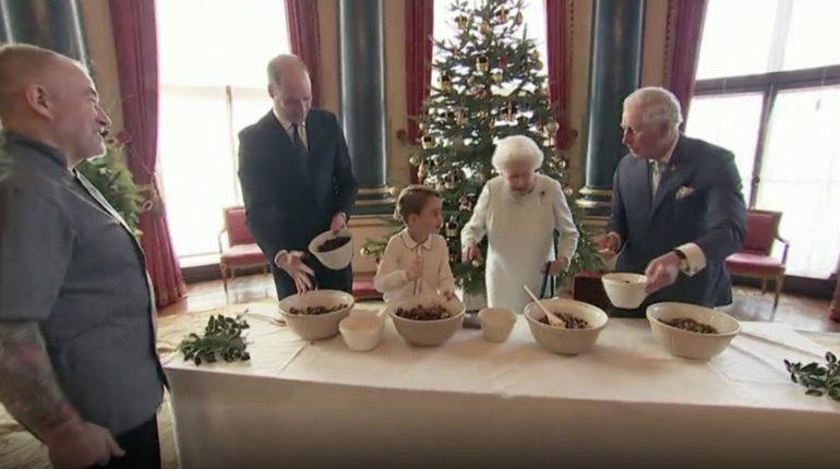 شاهد.. ملكة بريطانيا وأحفادها يتشاركون إعداد حلوى عيد الميلاد